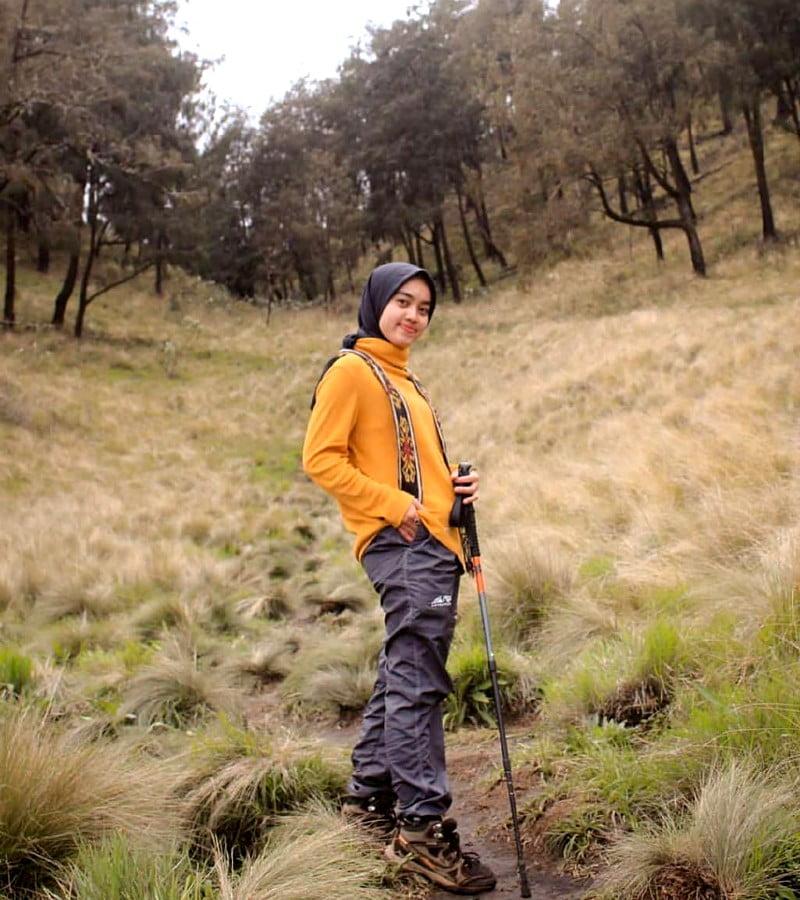 Alasan Mengapa Jeans Haram Dipakai Saat Mendaki Gunung