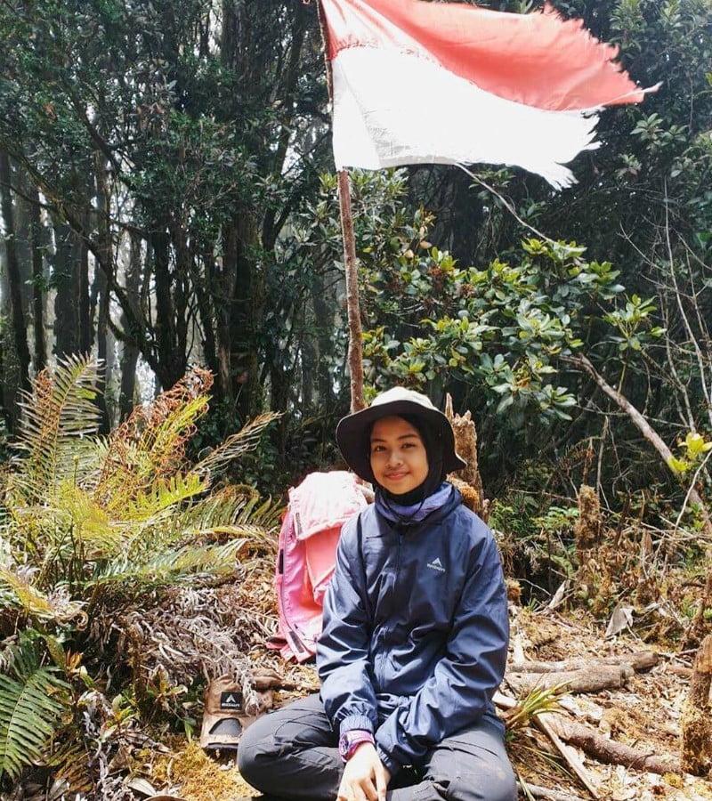 Khansa Syahlaa, Pendaki Muda yang Taklukkan Gunung Carstenzs